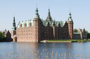 Frederiksborg_Castle_and_boat_crop